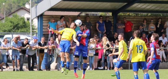 Christophe Schaller (à gauche) au duel aérien avec Samuel Bieri. Le FC Vicques a remporté le derby devant une belle affluence. Photo: Laurianne Gisiger